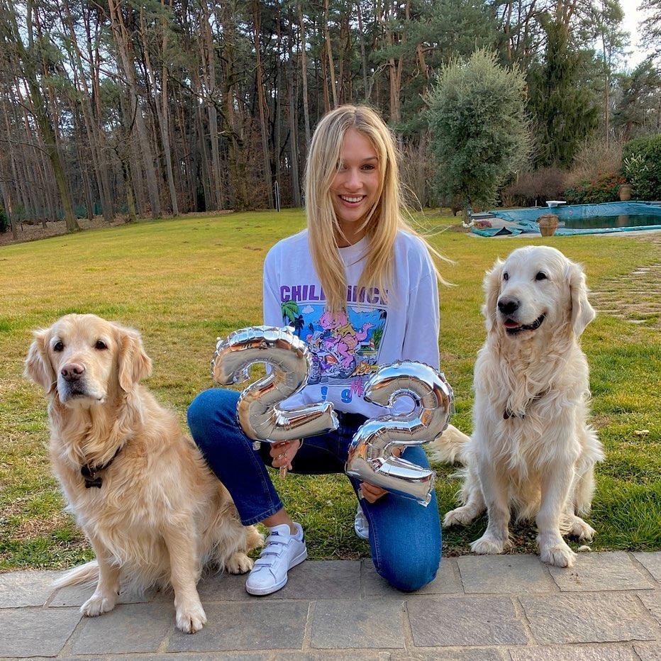 anna-modler-birthday-alexis-sanchez-dogs