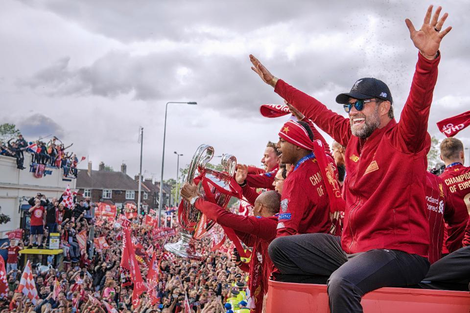 liverpool-trophy-celebration