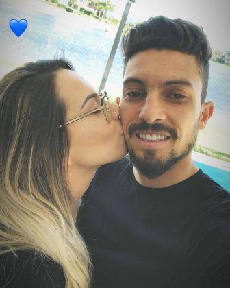 Alex-Telles-kiss-wife-Priscila-Minuzzo