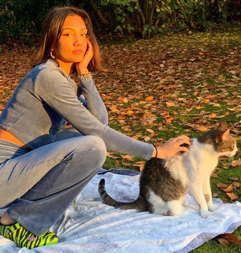 Jasmine-Gaziza-Muller-with-cat